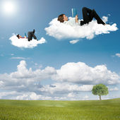 Chłopiec i dziewczynka czytanie książki na chmurach — Zdjęcie stockowe