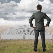 Homme d'affaires reflète sur résoudre un labyrinthe — Photo