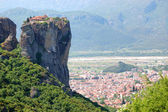Kalampaka Town and rock with Holy Trinity Monastery on a top, Me — Stock Photo
