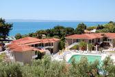 泳池的别墅在豪华的酒店、 哈尔基迪基、 希腊 — 图库照片