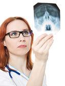 女医生检查在白色背景上的 x 射线图像. — 图库照片