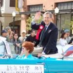 PASADENA, CA-USA - FEBRUARY 18: Pasadena Mayor Bill Bogaard waves to the crowd at Chinese Lunar New Year Parade on February 18 2007 in Pasadena California — Stock Photo