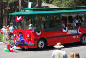 MAMMOTH LAKES, CA-USA - JULY 4 2011: Independence Day Parade volunteers trolley — Stock Photo