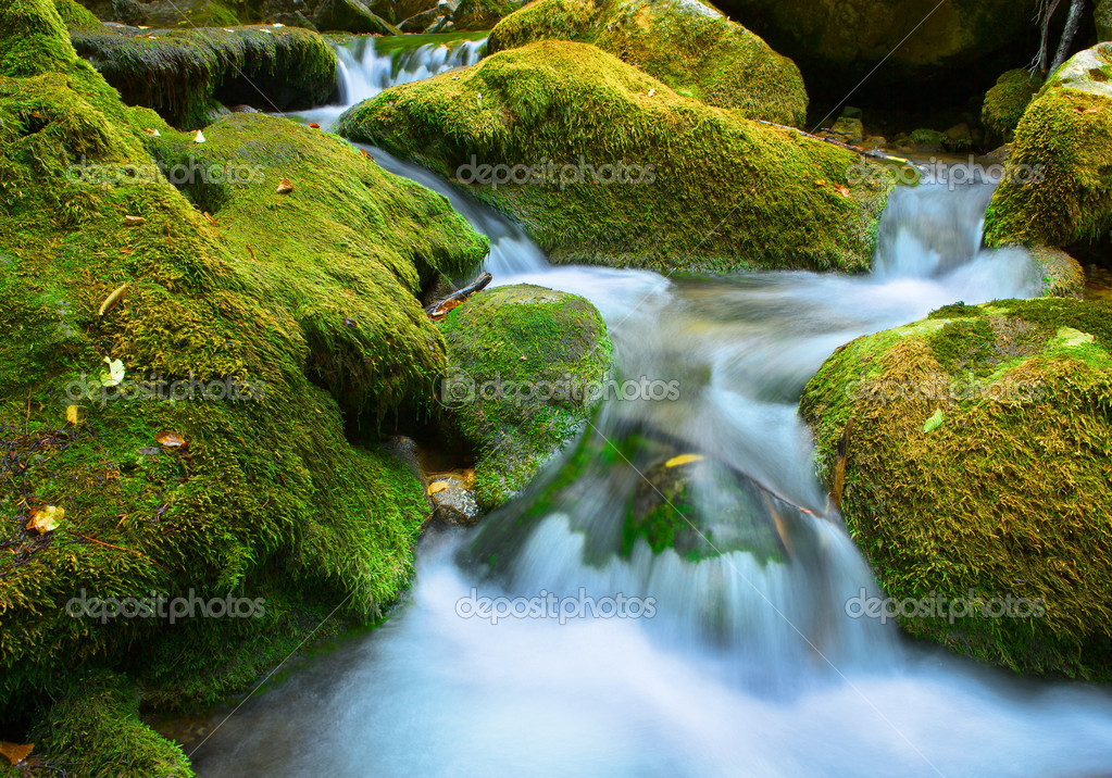 Cascade falls over mossy rocks — Stock Photo #11375512