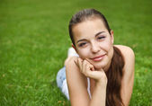 Beautiful young girl in summer park — Stockfoto