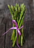 Mazzo di asparagi verdi freschi — Foto Stock