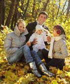Familia con dos hijas en bosque otoñal — Foto de Stock