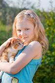 Liten flicka med katt utomhus — Stockfoto