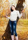Belle fille en automne parc — Photo