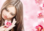 蘭の花と美しい少女 — ストック写真