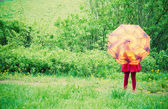 Niña con paraguas al aire libre — Foto de Stock