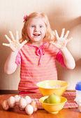 キッチンで小さな女の子 — ストック写真