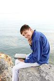 Adolescente feliz con el libro — Foto de Stock