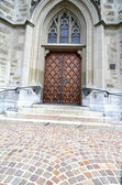 Masivní dřevěné dveře v kostele — Stock fotografie