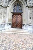 Masywne drewniane drzwi w kościele — Zdjęcie stockowe