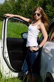 La chica hermosa se encuentra cerca de coche blanco — Foto de Stock
