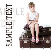 Den lilla flickan på gamla resväskor — Stockfoto