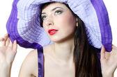 ライラックの帽子で美しくエレガントな女性の肖像画 — ストック写真