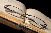 Os livros antigos sobre preto — Fotografia Stock