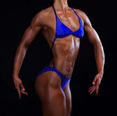 Muscular torso feminino em fundo preto — Fotografia Stock