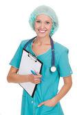 Mujer sonriente médico con estetoscopio y portapapeles — Foto de Stock