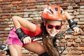 Tienermeisje op een fiets — Stockfoto