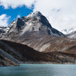 Summit and Sacred Lake near Gokyo in Himalayas — Stock Photo