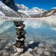 Harmony and balance: Stones and Sacred Lake near Gokyo — Stock fotografie