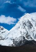在喜马拉雅山中的 kalapathar 和 pumori 首脑会议 — 图库照片