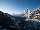 Cho La pass and snowed peaks at dawn in Himalayas — Stock Photo
