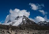 Hiking in Nepal: Mountains near Gokyo — Stock Photo
