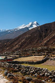 Himalaya landscape: snowed peaks and sherpa village — Stock Photo