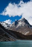 Monte pico y lago sagrado cerca de gokyo en Himalaya — Foto de Stock