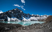 Lago sagrado y pico cerca de gokyo en Himalaya — Foto de Stock