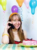 Cumpleaños. chica muy feliz con el teléfono — Foto de Stock
