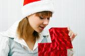 çekici kız bir noel hediyesi açar — Stok fotoğraf