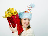 Porträt einer fröhlichen jungen frau in eine lustige weihnachtsmütze — Stockfoto
