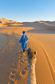 Berber walking with camel at Erg Chebbi, Morocco — Stock Photo