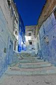 Por la noche en las calles de la ciudad de chefchaouen, marruecos — Foto de Stock