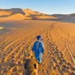 Berber walking with camel at Erg Chebbi, Morocco — Stockfoto #11606272