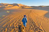 Berbero camminando con cammello all'erg chebbi, marocco — Foto Stock