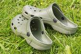 Sandali di gomma su un erba — Foto Stock