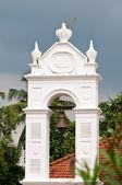 Ancienne cloche d'église dans l'arche blanche — Photo