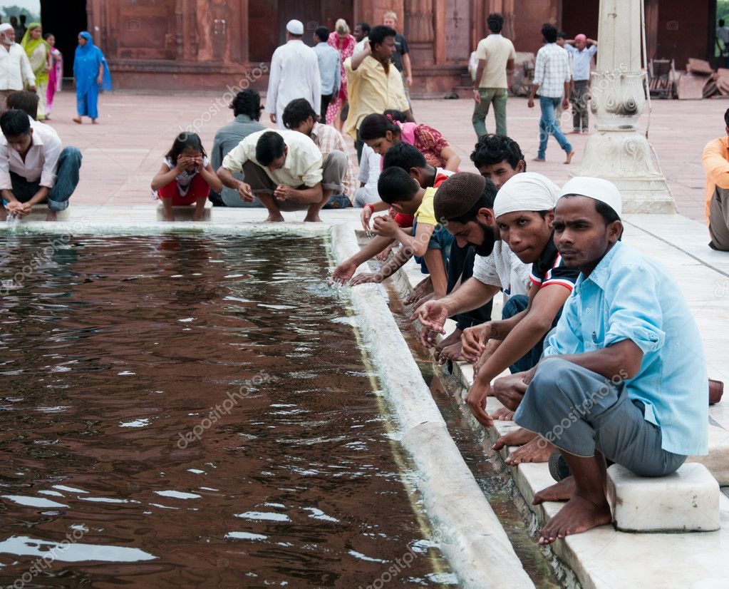 Delhi, India, August 14, 2011- Ablution in front of Jama Masjid, India's largest mosque — Stock Photo #10969927
