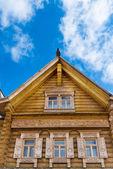 Fenêtres décorées en bois — Photo