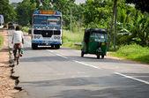 Autobús público asiático regular en sri lanka en un camino — Foto de Stock