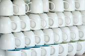 Dükkanı sayaç ile beyaz çizgiler su bardağı — Stok fotoğraf