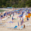Thailand, beach: tourists, sunbeds and umbrellas — Stok fotoğraf