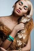 Bella mujer de moda con semblante de arte — Foto de Stock