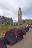 Peace protesters living in a ramshackle camp in London — Stock Photo